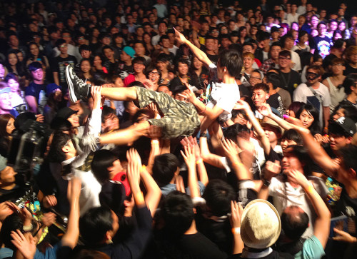 crowd-surf-hong-kong-hardpack-concert-2013-hk