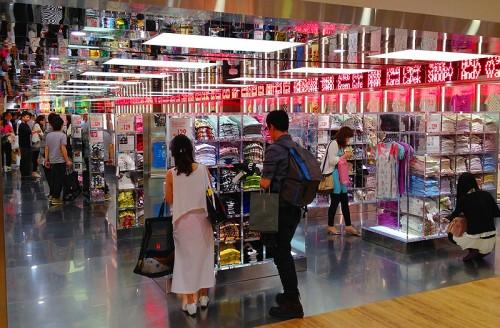 uniqlo flagship store hk hong kong shop causeway bay t shirt UT ...