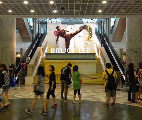 bruce lee statue hk hong kong memorial exhibit kung fu